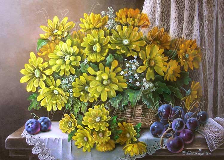 Корзинка с желтыми цветами.