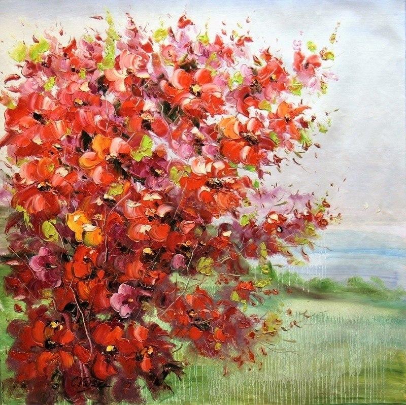 Красные цветы на фоне моря