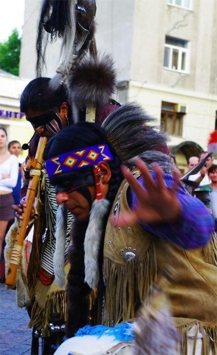 Городской шаман, заклинающий зрителя на сброс бумажных монет