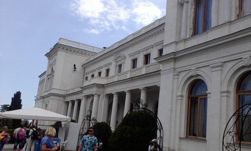 Люди возле Ливадийского дворца