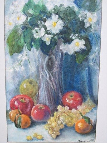 Букет цветов, яблоки и виноград