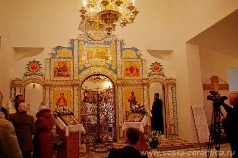 Керамический иконостас в церкви