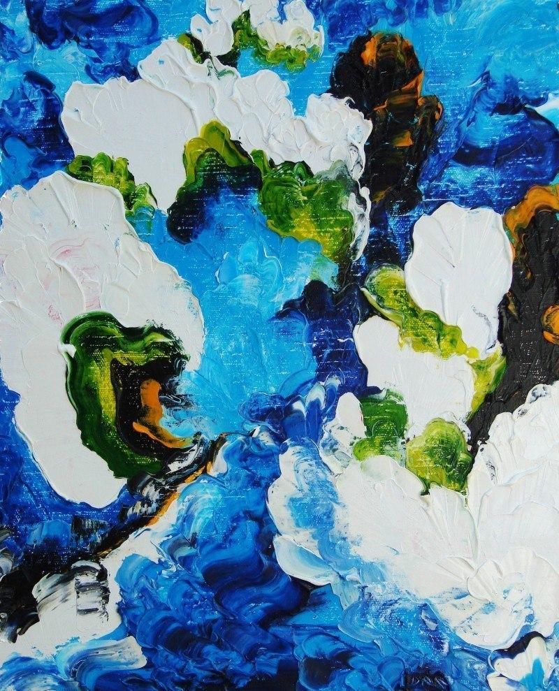 Разлив,цветущие сады,плывущая белая корова.