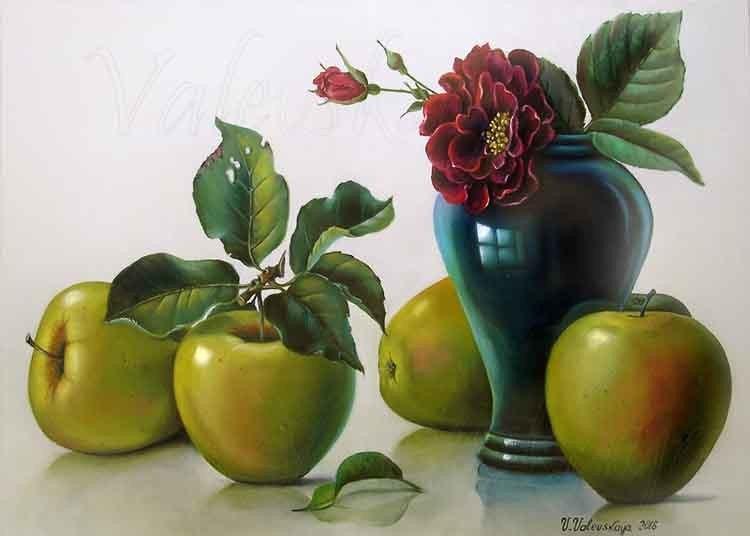Яблоки и груша.