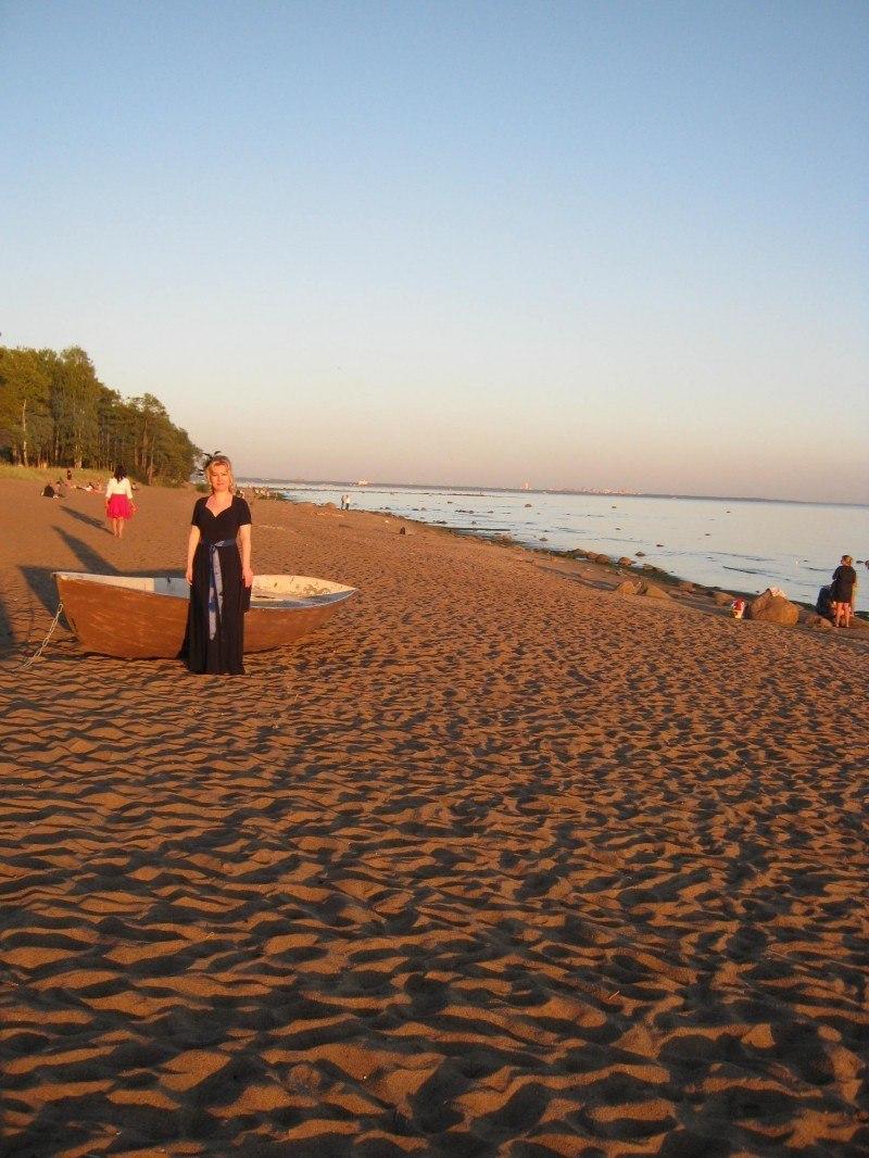 Девушка на берегу...