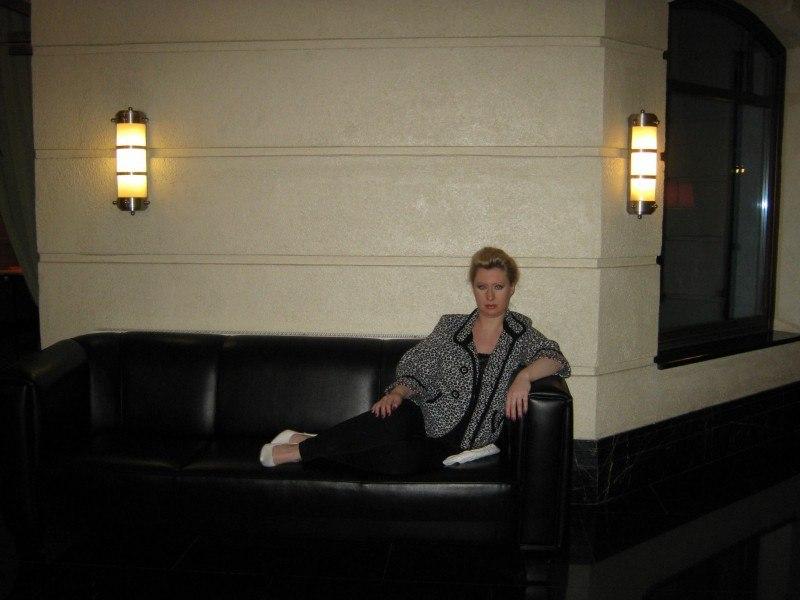 Девушка сидит на диване...