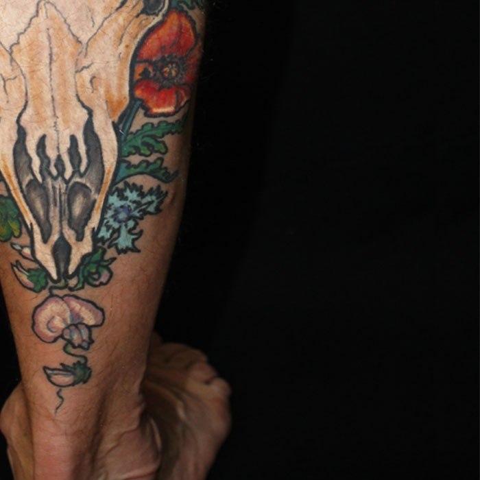 Татуировка череп на голени