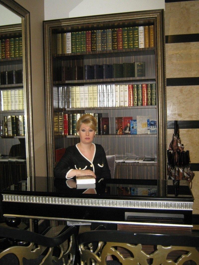 Девушка в библиотеке...