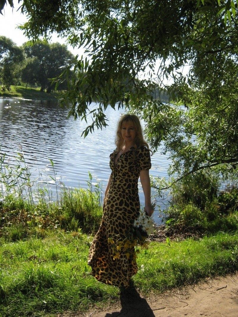 Девушка на берегу озера...
